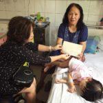 Công ty Cổ phần Siêu Chung Kỳ tặng quà cho cháu bé có hoàn cảnh khó khăn bị bỏng nặng