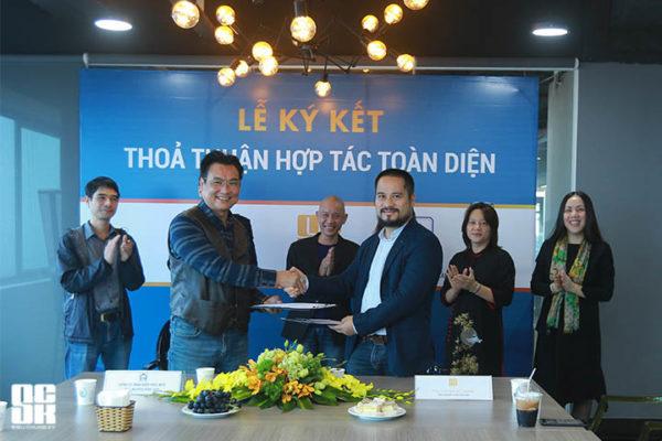 Tổng Giám đốc Công ty Cổ phần Siêu Chung Kỳ - ông Phan Quốc Vinh và Chủ tịch Hội đồng thành viên Công ty TNHH Kiến trúc APIC - ông Nguyễn Hồng Sơn trao nhau biên bản hợp tác.